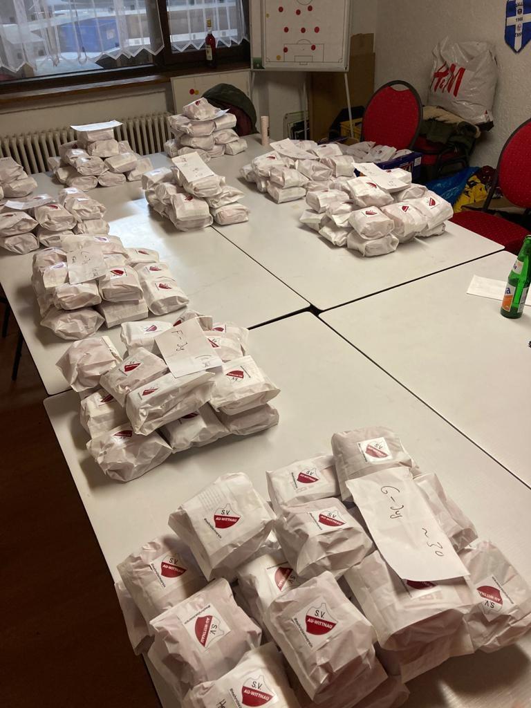 Die Päckchen liegen zur Verteilung bereit
